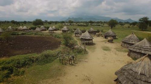 Aérienne du village africain traditionnel à Karamoja, Ouganda, Afrique de l'Est. 4K