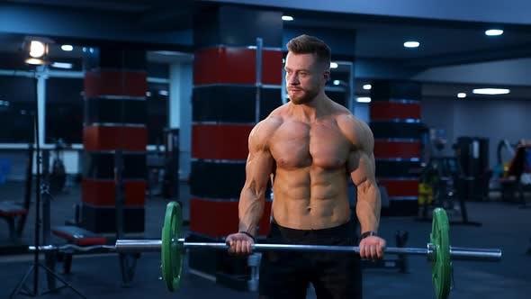 Junger Mann macht Fitnessübungen. Fitness-Mann macht Übungen im Fitnessstudio