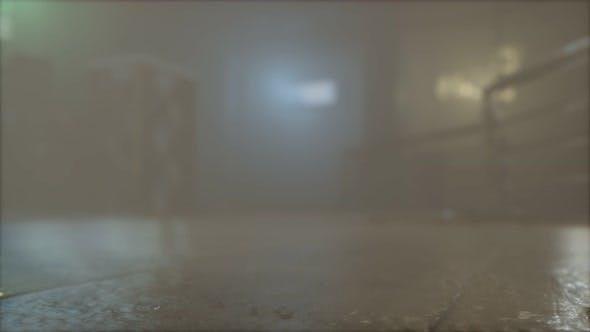 Regnerische Nacht mit Nebel in der Altstadt Straße