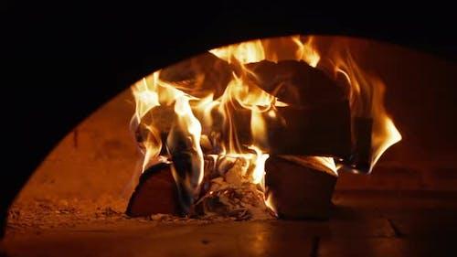 Anmelden Feuer in einem Steinofen im Restaurant