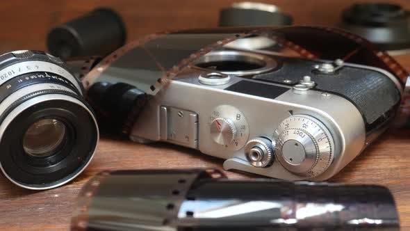 Thumbnail for Retro-Fotokamera mit Fotofilm und Objektiv