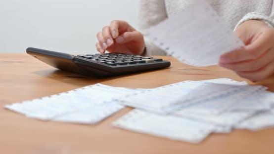 Thumbnail for Frau berechnen die Ausgaben zu Hause