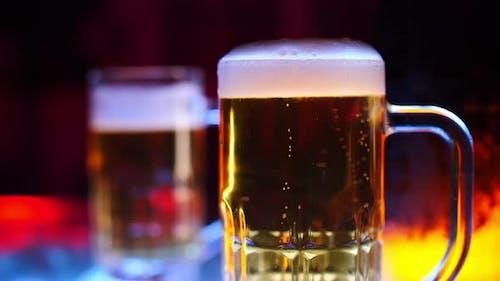 Tasse helles Bier auf dem Bartresen bei einer Pubparty.
