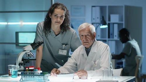 Porträt einer älteren Wissenschaftlerin mit junger Assistentin im Labor