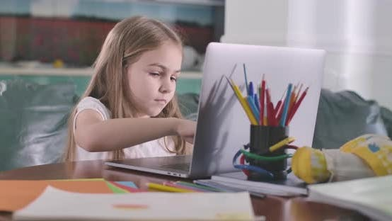 Thumbnail for Konzentriertes kaukasisches Mädchen Tippen auf Laptop-Tastatur. Bildung, E-Learning, Online-Messaging