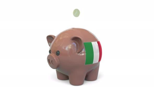 Geld mit der Flagge Italiens ins Sparschwein stecken