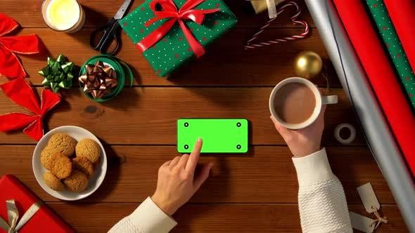Thumbnail for Frau mit Smartphone und Kaffee zu Weihnachten
