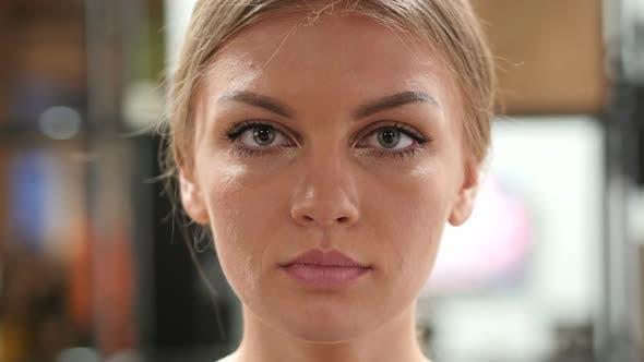 Thumbnail for Ernstes weibliches Gesicht
