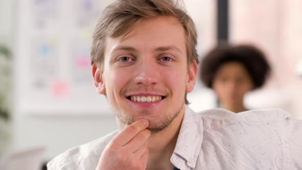 Thumbnail for Porträt von glücklich lächelnden jungen Mann im Büro 58