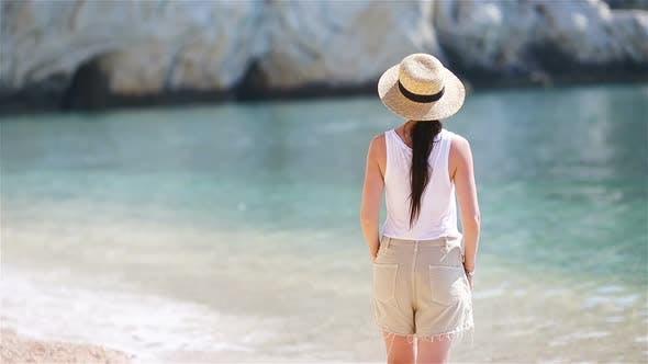 Thumbnail for Junge Schöne Frau auf weißen Sand tropischen Strand, kaukasische Mädchen in Hut Hintergrund das Meer
