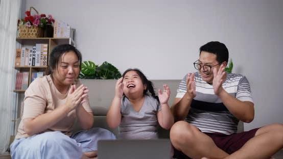 Bonne famille profiter de danser avec plaisir dans le salon
