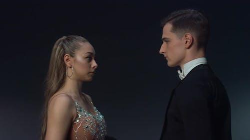 Danseurs attrayants regardant les yeux dans les yeux