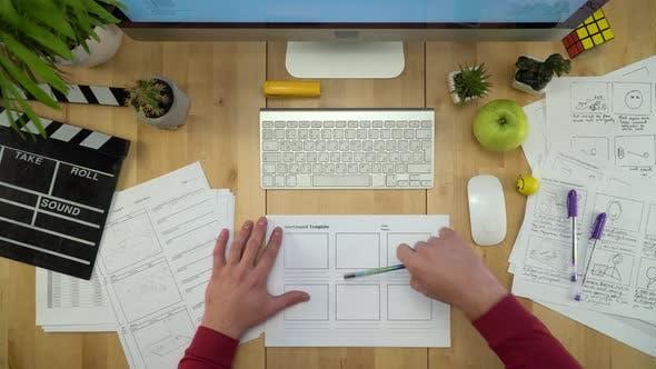 Produzent Zeichnung Storyboards Vorlage und Arbeiten am Computer