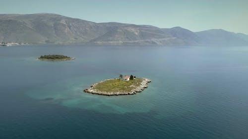 Luftaufnahme der Insel St. Athanasios im Golf von Korinth, Griechenland.