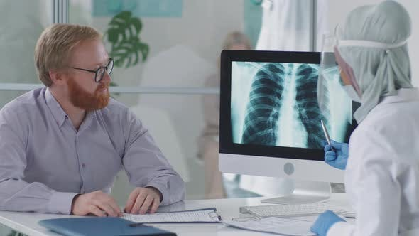 Mann mit ärztlicher Beratung in der Klinik während der Pandemie