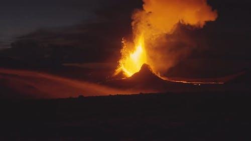 Bemerkenswerte Szene einer Lava, die aus einem vulkanischen Schlot entlassen wurde