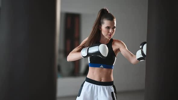 Ein Box- oder Kickbox-Athlet trainiert sowohl mit seinem eigenen Trainer als auch allein durch Schlagen und Treten