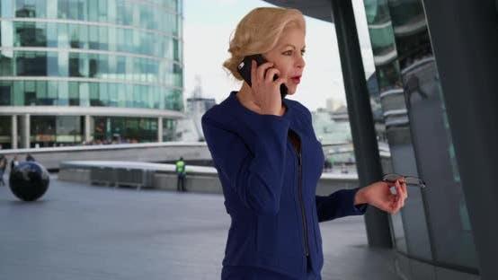 Thumbnail for Unternehmens- anwalt bei wichtigen Telefonanruf mit ihrem Mandanten
