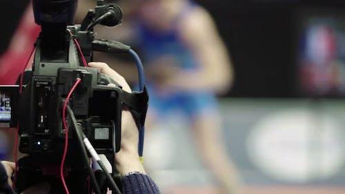 Kameramann mit einer Kamera in Wrestling-Wettbewerben. Nahaufnahme.