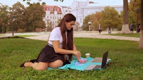 Student Essen Mittagessen im Park