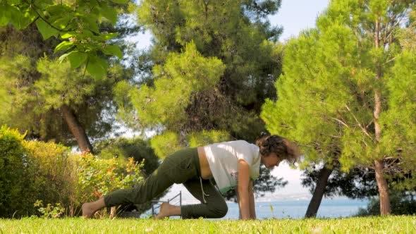 Thumbnail for Junge sportlich Mutter tun yoga Übung mit Ihr kleine niedliche Tochter in Zeitlupe