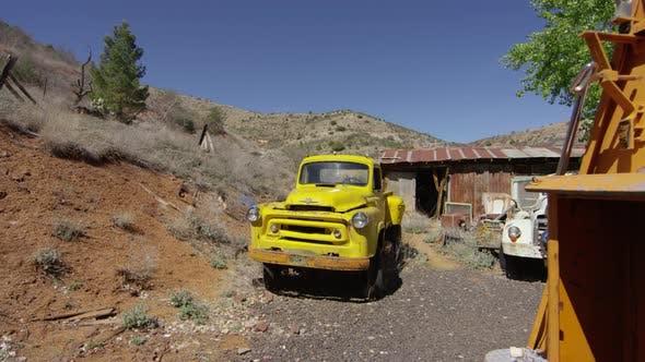 Un camion jaune