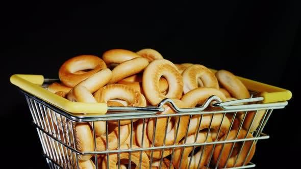 Thumbnail for Appetitliche Bagels in einem Metallkorb auf schwarzem Hintergrund