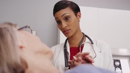 Thumbnail for Attraktive weibliche Arzt halten weibliche reife Patientenhand