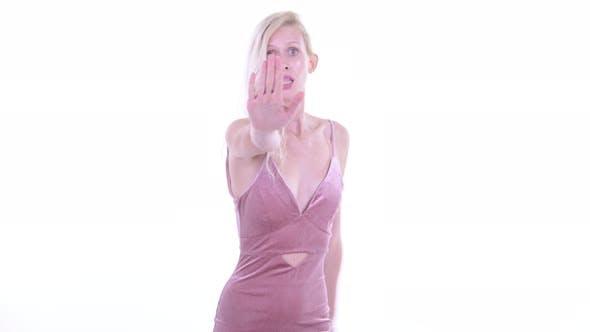 Thumbnail for Ernst junge blonde Frau mit Stop Geste