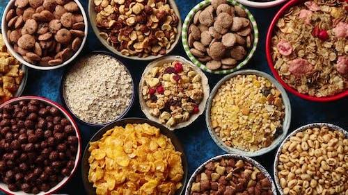 Sortiment von verschiedenen Arten Getreide in Keramikschalen auf dem Tisch platziert