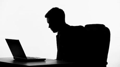 Broker Silhouette schreien auf Laptop, Nervenzusammenbruch, Geschäftsinsolvenz