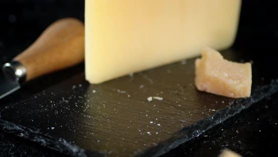 Stücke von Parmesankäse fallen auf den Tisch