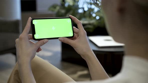 Cover Image for Green Screen Smartphone In Woman's Hands