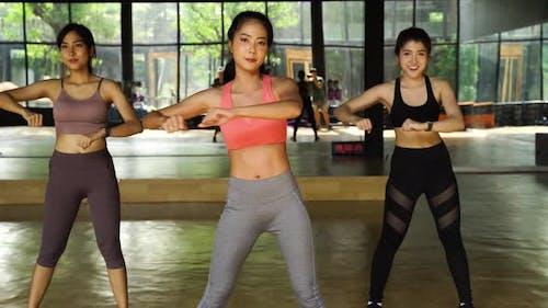 Weibliche Fitness Frauen Lateinischer Tanzkurs Gemeinsam im Fitnessstudio