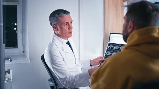 Älterer Arzt beantwortet Fragen des Patienten
