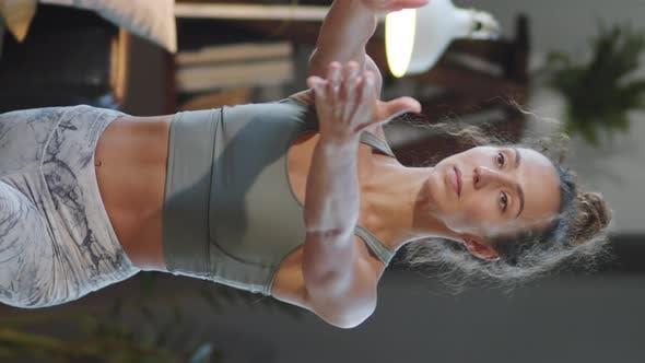 Junge Frau tun Yoga zu Hause