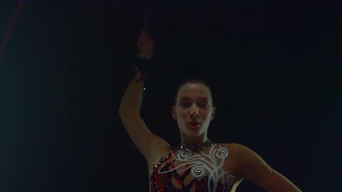 Fille pratiquant la gymnastique rythmique