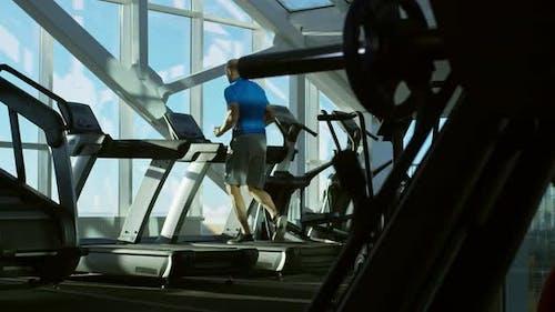 Mann trainieren in der Turnhalle