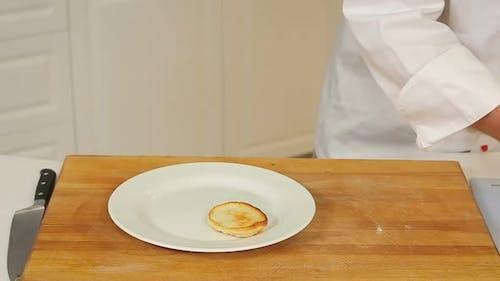 Servieren von Pfannkuchen mit saurer Sahne