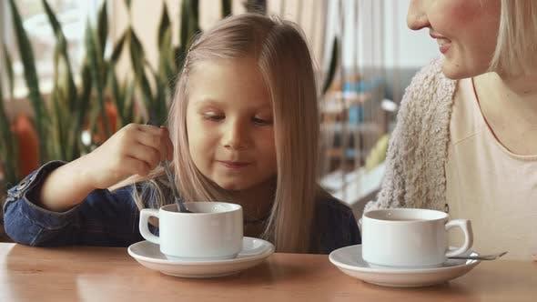 Thumbnail for Little Girl Moves Löffel in der Tasse