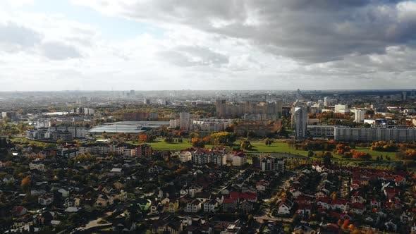 Thumbnail for Drohne fliegen über schöne Vorstadt Nachbarschaft, moderne Megapolis Gebäude und Parks Panorama