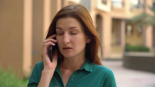Verärgerte Mädchen im Gespräch am Telefon