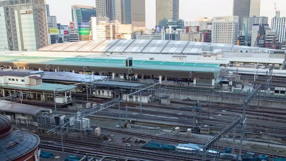 Thumbnail for Timelapse Großer Tokyo Bahnhof mit verschiedenen Zügen