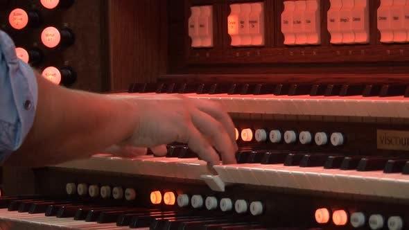 Thumbnail for Mann spielt Orgel
