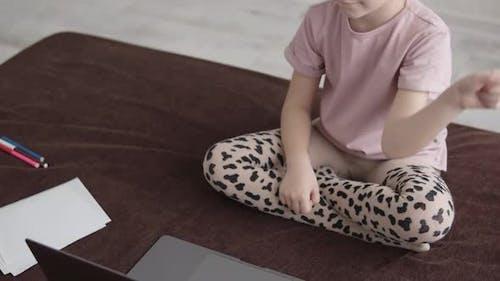 Vorschulkind benutzt Laptop