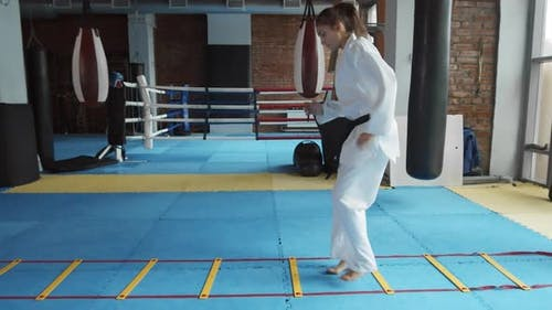 Frau im Kimono Training im Fitnessstudio