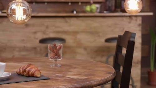 Close Up Revealing Shot einer Tasse Espresso Americano und French Croissant