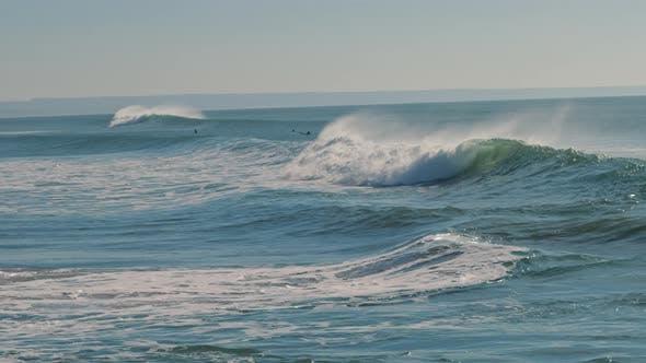 Thumbnail for Große planschende Ozeanwelle stürzt an einem sonnigen Tag in Richtung Küste