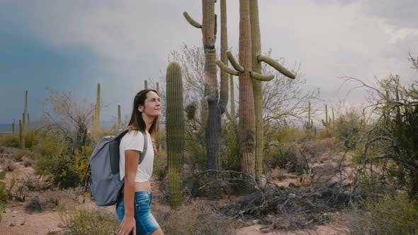 Thumbnail for Zeitlupe Medium Shot, Happy Young Tourist Woman Wandern in Amazing Wild Cactus Wüste in Arizona