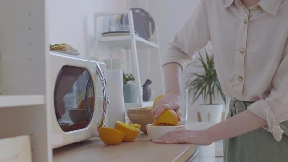 Thumbnail for Frau Quetschen Orangen in der Küche